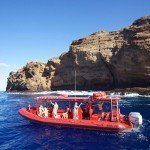tour boat heading to molokini snorkeling spots